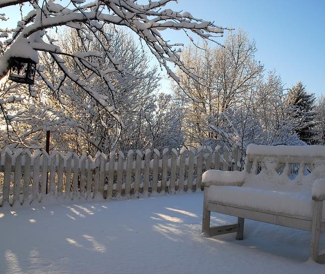 Gartenmöbel schneebedeckt