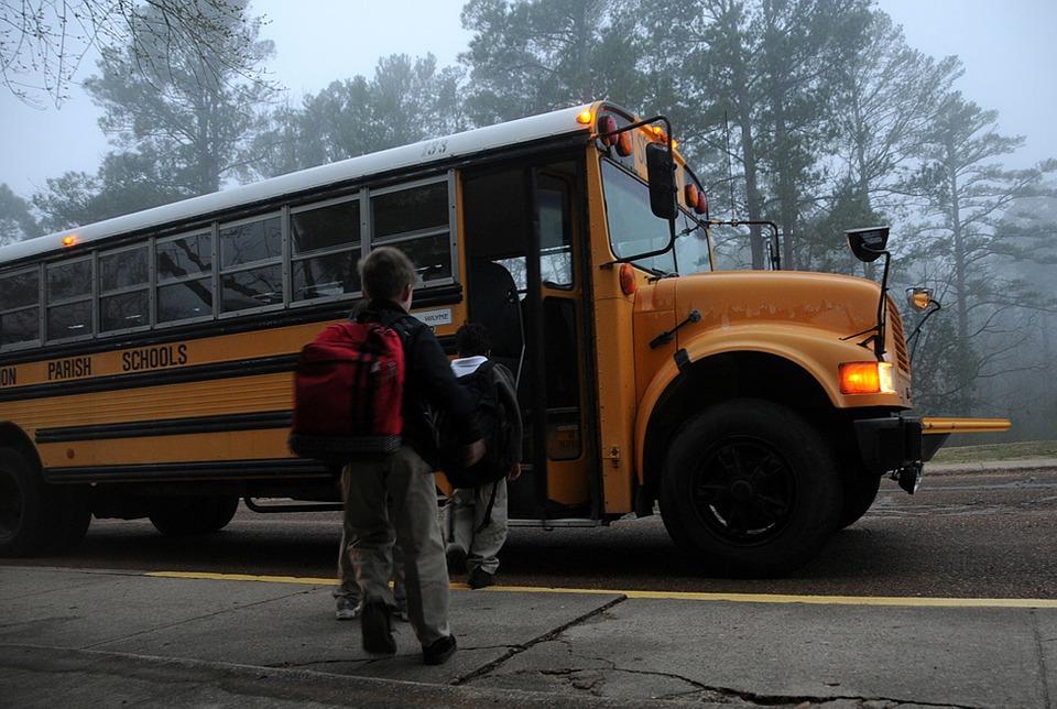Kind mit Rucksack für den Kindergartenweg